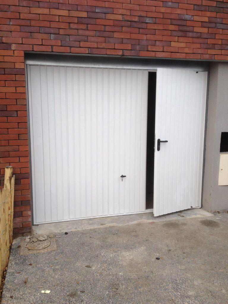 Porte basculante Novoferm avec portillon intégré