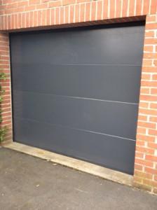 Porte sectionnelle avec tablier gris lisse