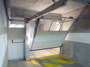 Porte de parking Novoferm avec porte piéton, vue arrière