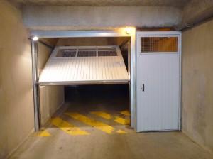 Porte de parking Novoferm avec porte piéton, vue de face